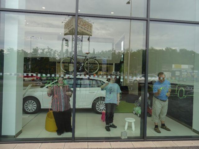 Výzdoba výlohy autosalónu