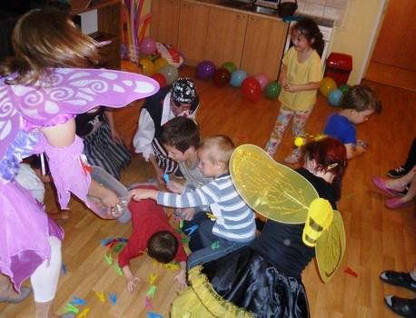 """Úsměv na tváři"""" vykouzlila našim dětem zazylového domu ke Dni dětí skupina mladých lidí zOstravské univerzity"""